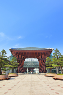 金沢駅の鼓門の写真素材 [FYI04301457]