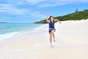 ビーチで走る女の子(沖縄 宮古島 長間浜)の写真素材 [FYI04301511]