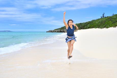ビーチで走る女の子(沖縄 宮古島 長間浜)の写真素材 [FYI04301512]