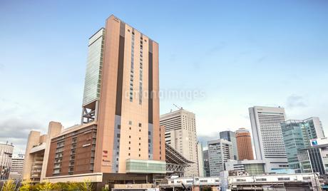 大阪ステーションシティと周辺のビル群の写真素材 [FYI04301565]