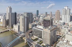 堂島および西梅田のビル群と堂島川の写真素材 [FYI04301567]