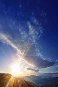朝日と波状の雲と八ヶ岳と富士山遠望の写真素材 [FYI04301650]