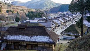 江戸時代の面影を残した茅葺屋根の民家が並ぶ福島の大内宿の写真素材 [FYI04301746]