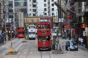 香港の街を行く路面電車トラム。英国植民地時代から走り続ける香港庶民の足の写真素材 [FYI04301760]