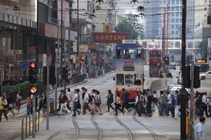 香港の街を行く路面電車トラム。英国植民地時代から走り続ける香港庶民の足の写真素材 [FYI04301762]