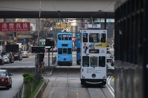 香港の街を行く路面電車トラム。英国植民地時代から走り続ける香港庶民の足の写真素材 [FYI04301763]