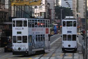 香港の街を行く路面電車トラム。英国植民地時代から走り続ける香港庶民の足の写真素材 [FYI04301764]