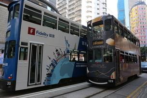 香港の街を行く路面電車トラム。英国植民地時代から走り続ける香港庶民の足の写真素材 [FYI04301765]