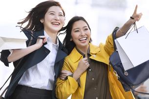指を差した方向に微笑む2人の女性の写真素材 [FYI04301927]