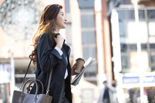 街中を歩く女性の写真素材 [FYI04301928]