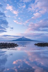 朝焼けの利尻富士の写真素材 [FYI04301961]