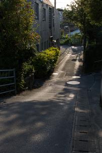 日差しが道路を照らす路地裏の写真素材 [FYI04301972]