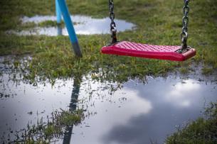 雨上がりのブランコの写真素材 [FYI04302044]