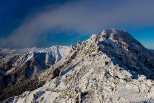 雲流れる横岳と硫黄岳(長野県、八ヶ岳、地蔵の頭付近より)の写真素材 [FYI04302048]