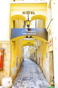 ブラチスラヴァ旧市街  路地 スロバキア共和国の写真素材 [FYI04302049]