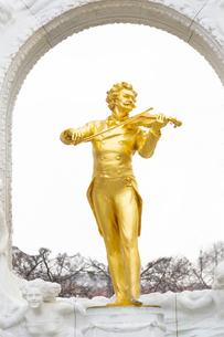 ヨハンシュトラウス記念像 ウィーン オーストリアの写真素材 [FYI04302056]