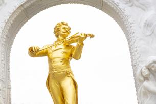 ヨハンシュトラウス記念像 ウィーン オーストリアの写真素材 [FYI04302057]