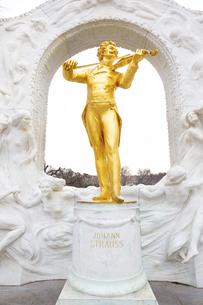 ヨハンシュトラウス記念像 ウィーン オーストリアの写真素材 [FYI04302058]