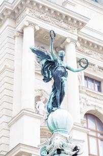 ウィーン美術史美術館前の天使像 オーストリアの写真素材 [FYI04302059]