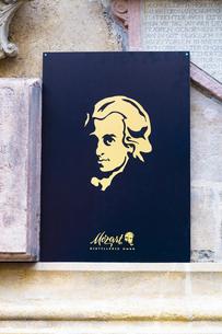 モーツァルト肖像パネル シュテファン大聖堂壁面 ウィーン  オーストリアの写真素材 [FYI04302061]