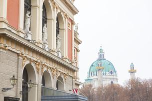ウィーン楽友協会ホールとカールス教会 オーストリアの写真素材 [FYI04302064]