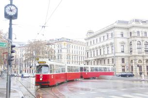 ウィーンのトラムとリンク通りの街並み オーストリアの写真素材 [FYI04302066]