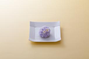 オレンジのテーブルで白いお皿に乗った和菓子の写真素材 [FYI04302079]