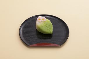 オレンジのテーブルで黒いお盆に乗った和菓子の写真素材 [FYI04302080]