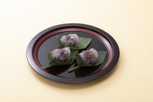 オレンジのテーブルで黒いお盆に乗った和菓子の写真素材 [FYI04302082]
