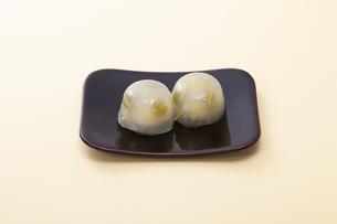 オレンジのテーブルで黒の四角いお皿に乗った和菓子の写真素材 [FYI04302085]