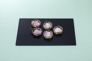 水色のテーブル上で黒いお盆に乗った和菓子の写真素材 [FYI04302090]