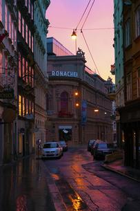 朝焼けのウィーン旧市街 ローナッハー劇場 オーストリアの写真素材 [FYI04302095]