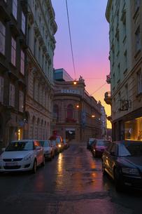 朝焼けのウィーン旧市街 ローナッハー劇場 オーストリアの写真素材 [FYI04302096]