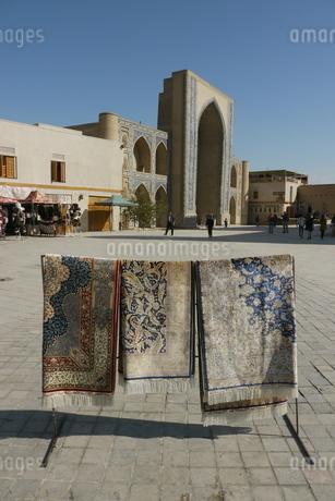 広場のモスクと絨毯 ウズベキスタン ブハラの写真素材 [FYI04302341]