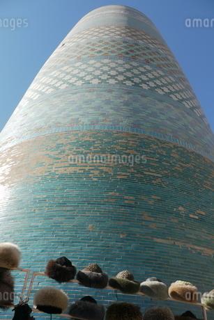 ターコイズブルーのミナレットと毛皮の帽子 ウズベキスタン ブハラの写真素材 [FYI04302349]