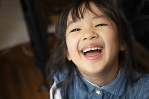 笑顔いっぱいの女の子の写真素材 [FYI04302639]