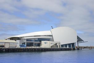 オーストラリア・西オーストラリア州のフリーマントルのフェリーターミナルの突堤の所にある海事博物館と白い雲の写真素材 [FYI04302646]