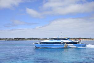 オーストラリア・西オーストラりア州のフリーマントルから沖合約18kmのインド洋に浮かぶ小島ロットネスト島から見たクォッカの写真が付いたフェリーの光景の写真素材 [FYI04302660]