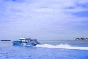 オーストラリア・西オーストラりア州のフリーマントルから沖合約18kmのインド洋に浮かぶ小島ロットネスト島から見たフェリーの光景の写真素材 [FYI04302661]
