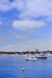 オーストラリア・西オーストラりア州のフリーマントルから沖合約18kmのインド洋に浮かぶ小島ロットネスト島の沢山の船の光景の写真素材 [FYI04302663]