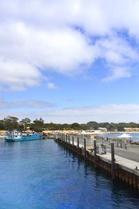 オーストラリア・西オーストラりア州のフリーマントルから沖合約18kmのインド洋に浮かぶ小島ロットネスト島のフェリー乗り場と大型船の写真素材 [FYI04302668]