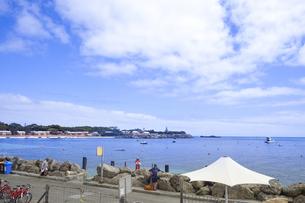 オーストラリア・西オーストラりア州フリーマントルの沖合約18kmのインド洋に浮かぶ小島ロットネスト島から見た小島とボートと建物の光景の写真素材 [FYI04302670]