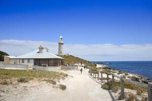 オーストラリア・西オーストラりア州のフリーマントルから沖合約18kmのインド洋に浮かぶ小島ロットネスト島にある建物と灯台の光景の写真素材 [FYI04302705]