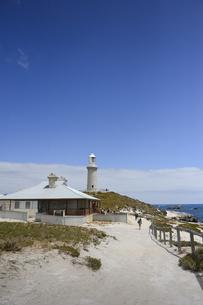 オーストラリア・西オーストラりア州のフリーマントルから沖合約18kmのインド洋に浮かぶ小島ロットネスト島にある建物と灯台の光景の写真素材 [FYI04302706]