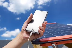 ソーラーパネルで充電の写真素材 [FYI04302828]