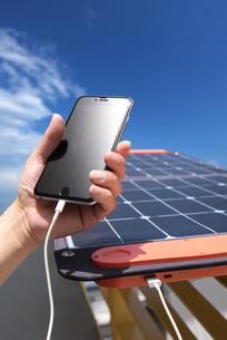 ソーラーパネルで充電の写真素材 [FYI04302829]