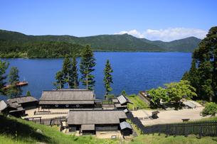 徳川幕府が設置した箱根関所の復元 高台から関所全体と芦ノ湖を望むの写真素材 [FYI04302985]