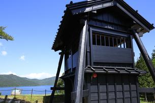 徳川幕府が設置した箱根関所の復元 遠見番所と芦ノ湖の写真素材 [FYI04302988]