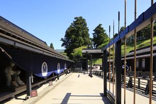 徳川幕府が設置した箱根関所の復元 大番所前の鑓建てと長柄建て置き場の写真素材 [FYI04302992]