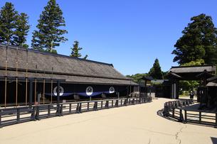 徳川幕府が設置した箱根関所の復元 大番所前の鑓建てと長柄建て置き場の写真素材 [FYI04302993]